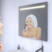 Badkamerspiegel met stopcontact verwarming en verlichting Badkamerspiegel met led verlichting en verwarming
