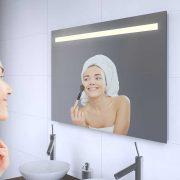 Badkamerspiegel met een strak lichtdesign