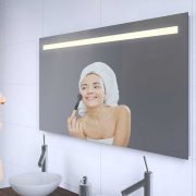 Badkamerspiegel met een strak en stijlvol lichtdesign