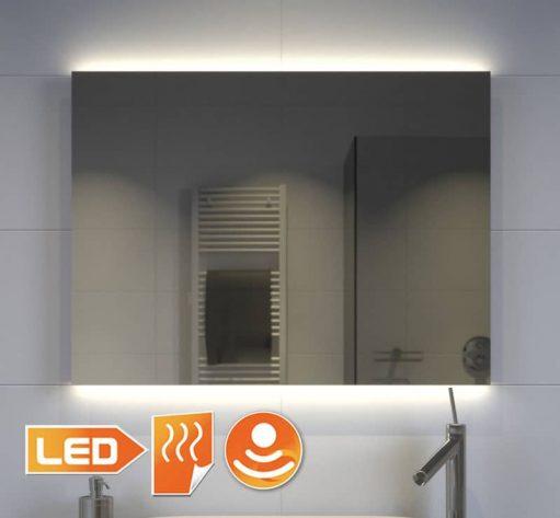 Fraaie badkamerspiegel met indirecte verlichting onder en boven