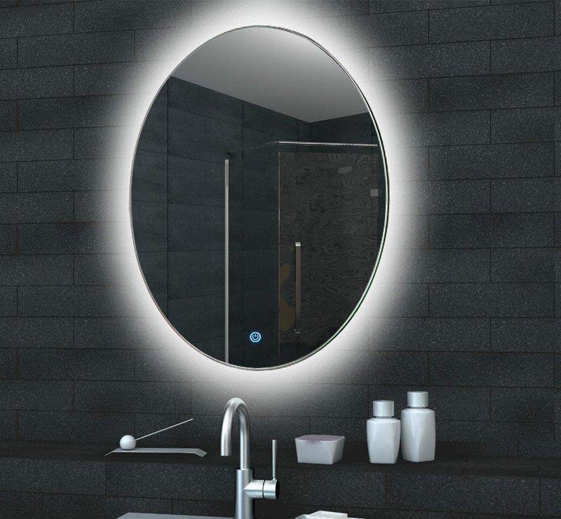 Ovalen badkamer spiegel met fraaie indirecte verlichting over de muur
