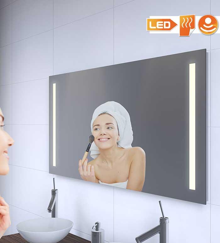 Badkamerspiegel met praktische verlichting links en rechts