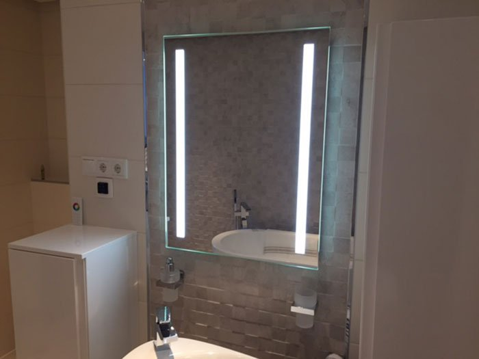 Verwarmde badkamer led spiegel met sensor 60x80 cm for Badkamer spiegel 60x80