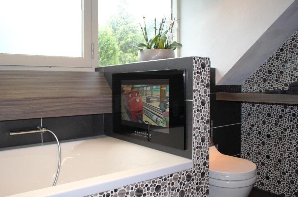 https://www.designspiegels.nl/wp-content/uploads/2015/11/22-inch-badkamer-tv-inbouw-zwart-1.jpg