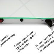 Spiegel met aan de onderzijde (uit het directe zicht) een stopcontact sensorschakelaar (verlichting) en wipschakelaar (verwarming)