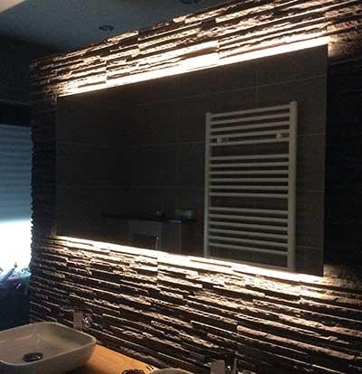 Sfeervolle luxe badkamer spiegel met strijklicht en for Spiegel 160x60