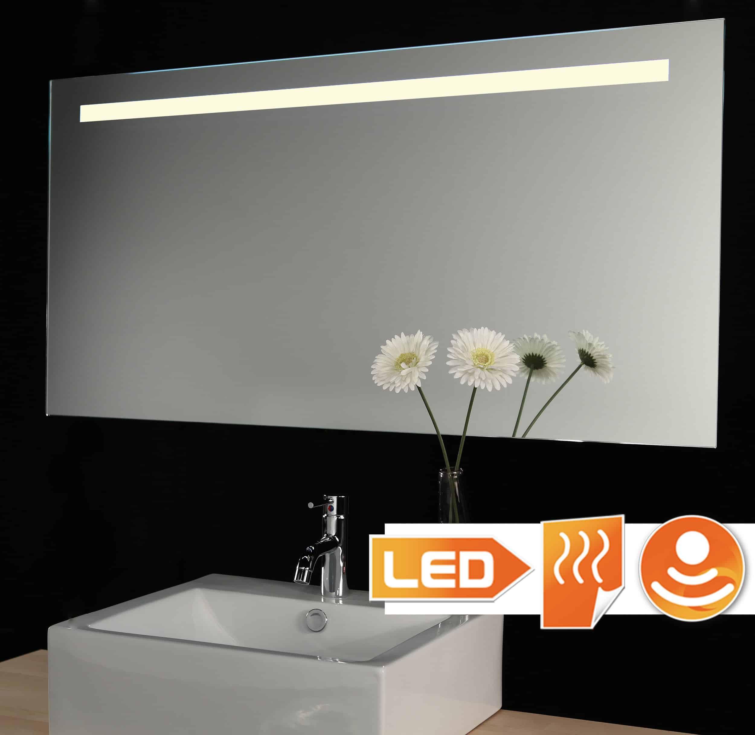Strakke badkamerspiegel met dimbare verlichting en handige spiegelverwarming