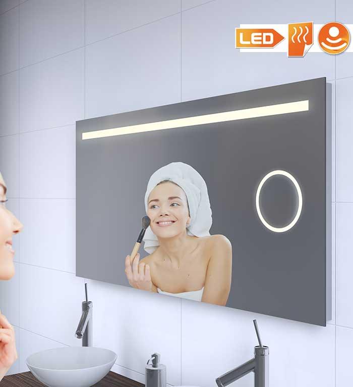 Badkamer spiegel met vele functies: handige verlichting, praktische spiegelverwarming en een bruikbaar vergrotingsdeel