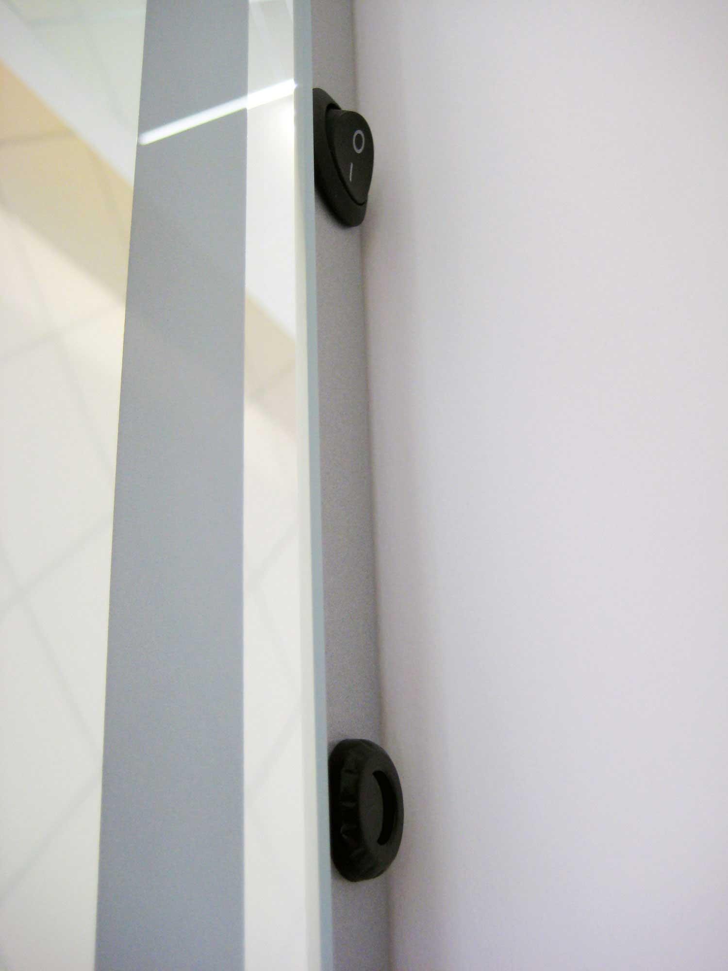 Stijlvolle staande badkamer spiegel met verlichting for Badkamer spiegel 60x80