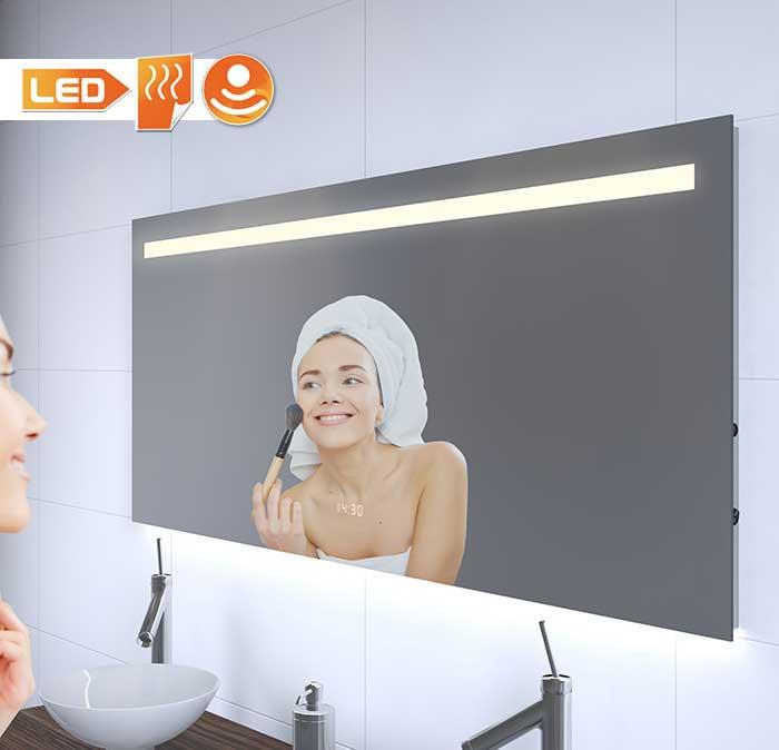 Deze 140 cm brede spiegel heeft de ideale verlichting voor make-up of bij het scheren