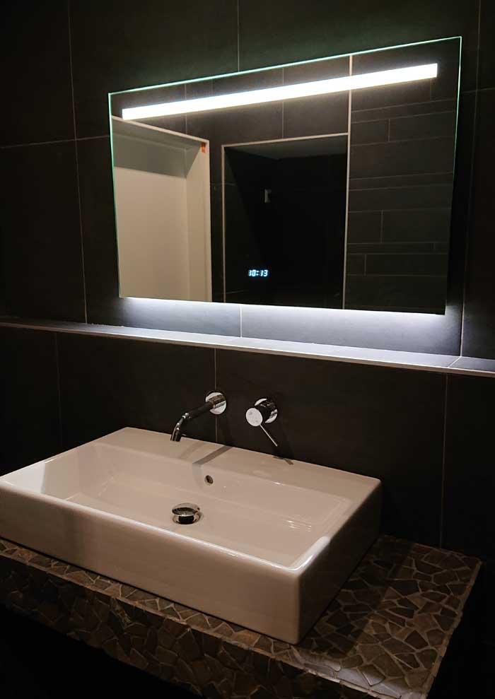 Design badkamerspiegel met klok verlichting en verwarming Badkamerspiegel met led verlichting en verwarming