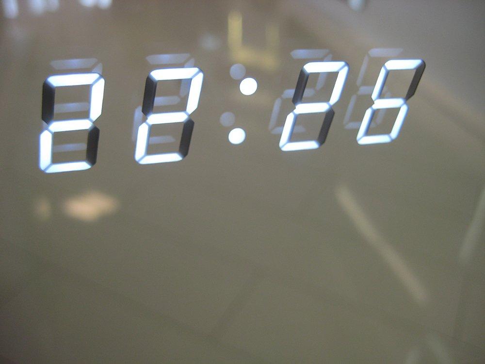 De digitale klok met witte cijfers is volledig weggewerkt in de spiegel, erg fraai!