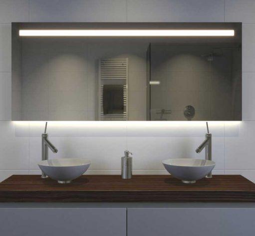 Deze fraaie badkamerspiegel is 140 cm breed, 70 cm hoog en slechts 3 cm diep