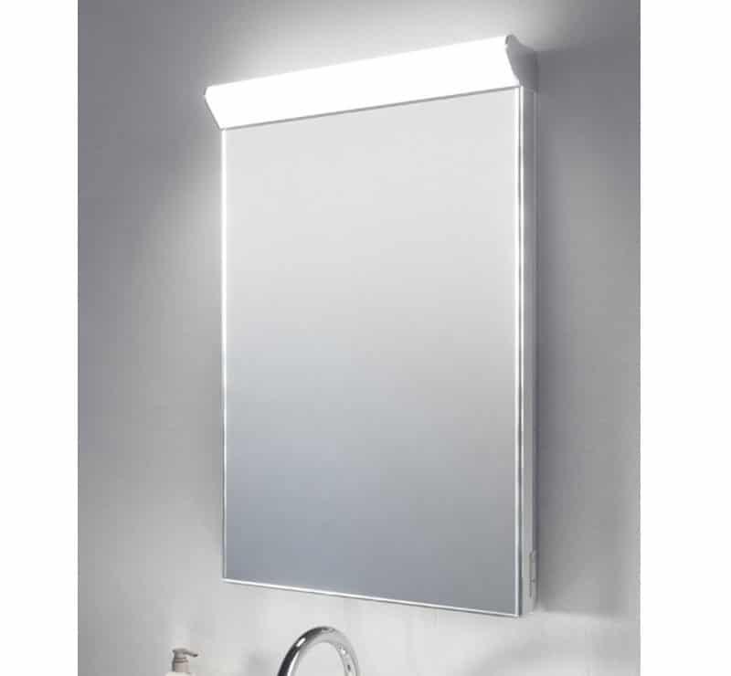 Fraaie vierkanten LED spiegel, vol met opties: verlichting, verwarming, scheerstopcontact en een sensor schakelaar