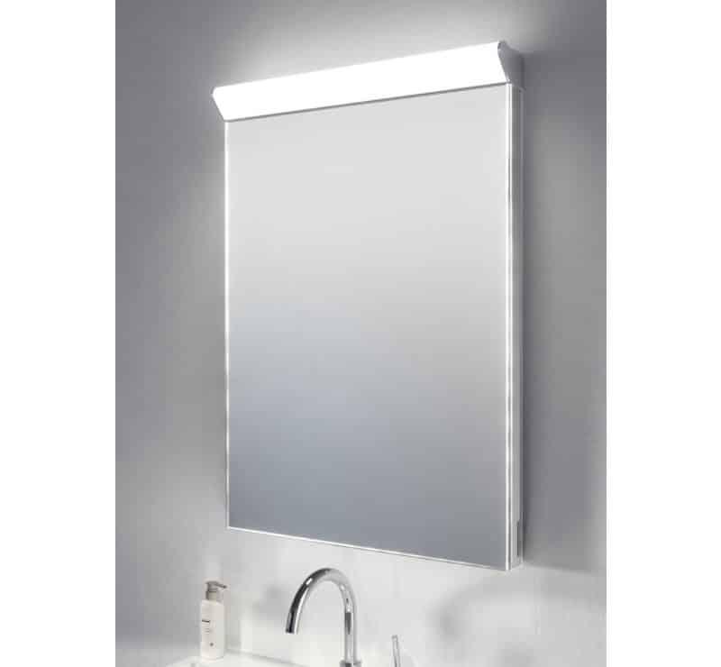 Deze badkamerspiegel met top lamp is 60 cm breed en 80 cm hoog