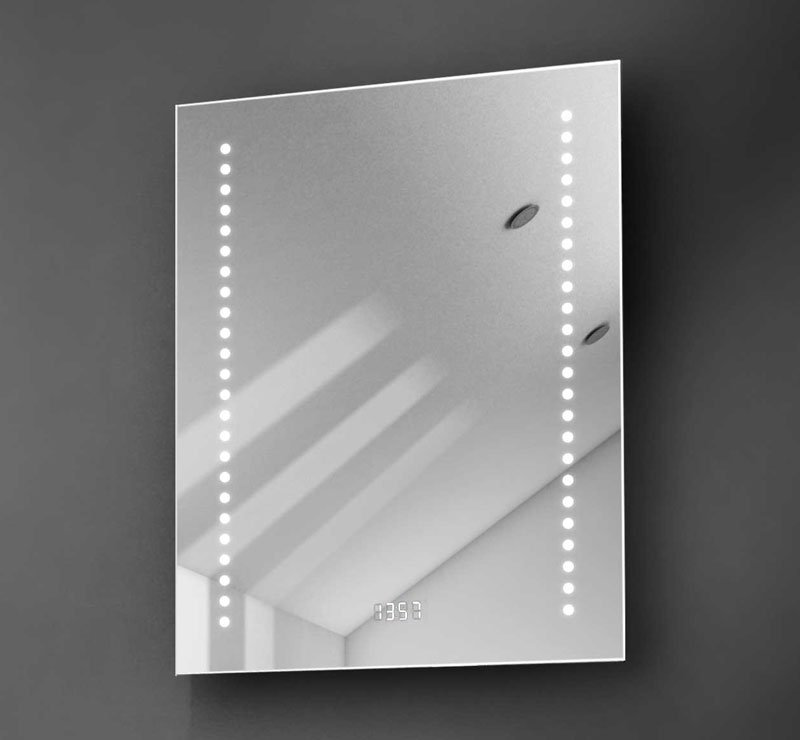 Fraai spiegeltje met verlichting, verwarming, digitale klok en een sensor schakelaar