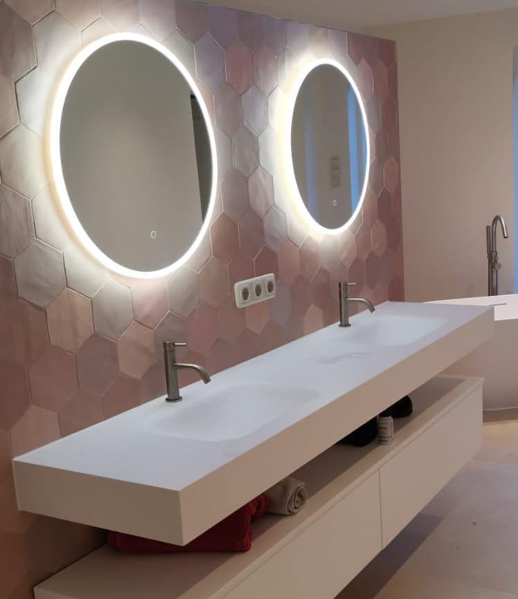 2 ronde spiegels met led verlichting roze tegels