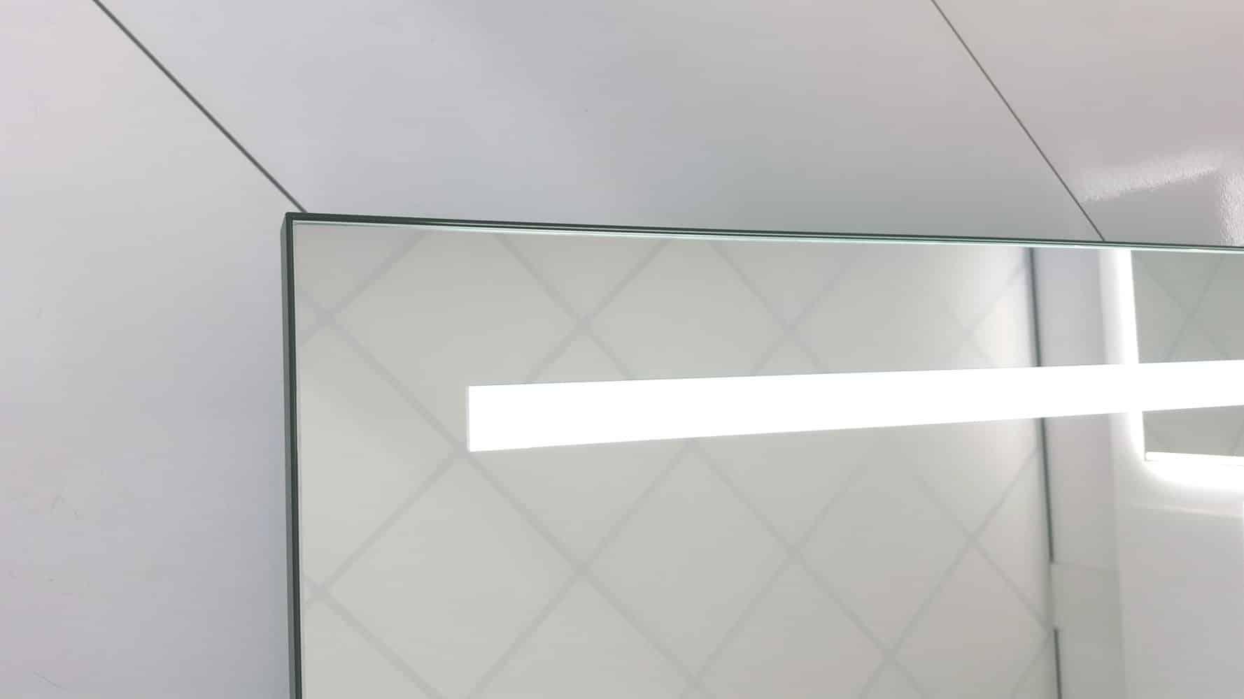 Spiegel Verlichting Badkamer : Industriële badkamer spiegel met stoer mat zwart frame en