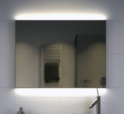 Stoere LED spiegel met rondom een mat zwart frame en voorzien van indirecte verlichting aan de boven- en onderzijde
