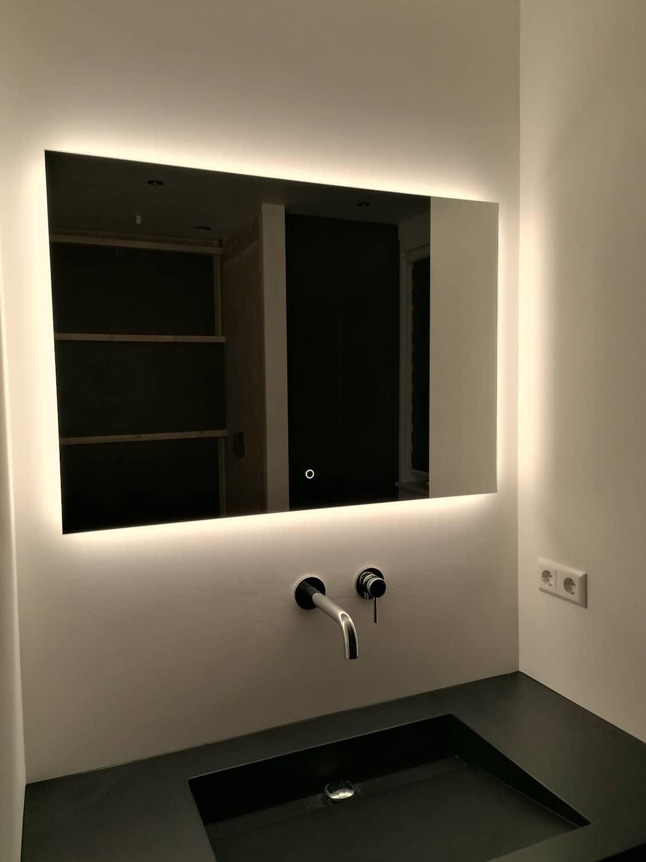 Rechthoekige spiegel met led verlichting witte wand