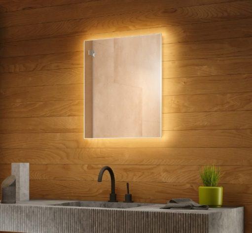 Sfeervolle spiegel van 50 cm breed en 60 cm hoog welke van alle gemakken is voorzien!