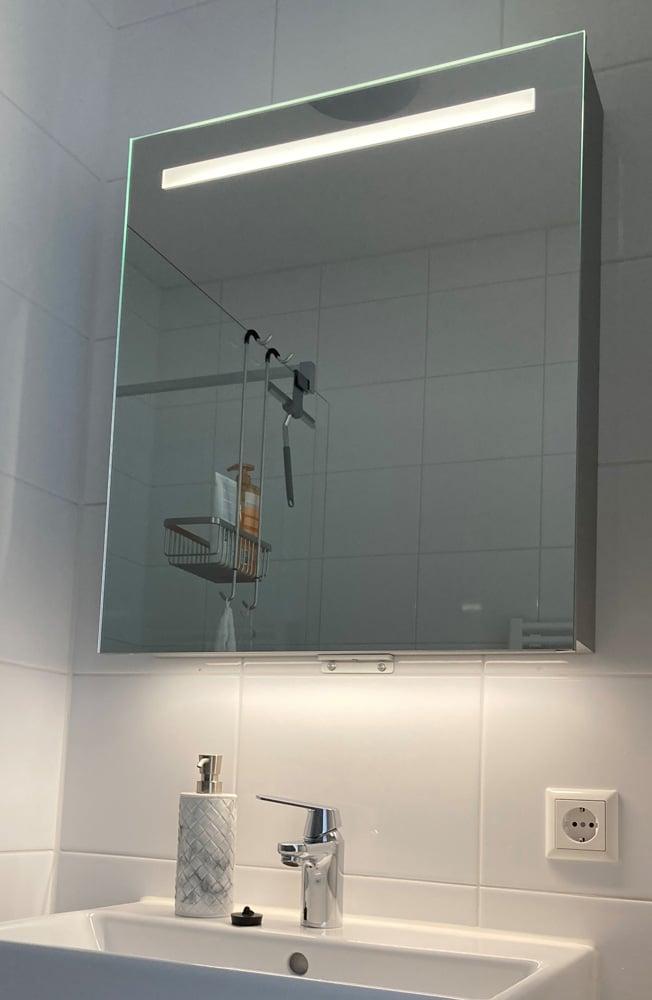 Spiegelkast met geïntegreerde led verlichting witte badkamer