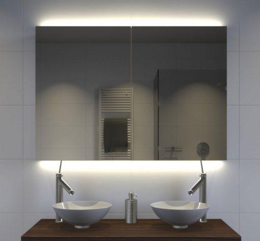 Strakke badkamer spiegelkast met sfeervolle indirecte verlichting onder en boven