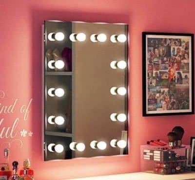 De visagie spiegel kan eenvoudig met de bijgeleverde pluggen en schroeven aan de wand worden bevestigd