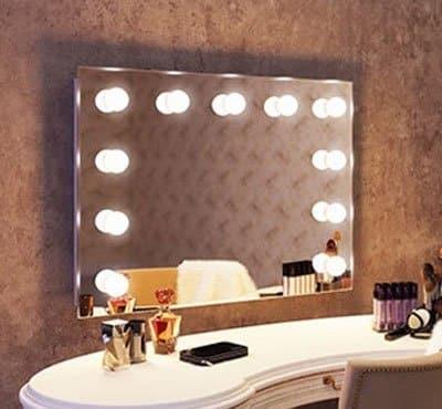 De visagie spiegel is eenvoudig aan de wand te monteren met de meegeleverde montageset