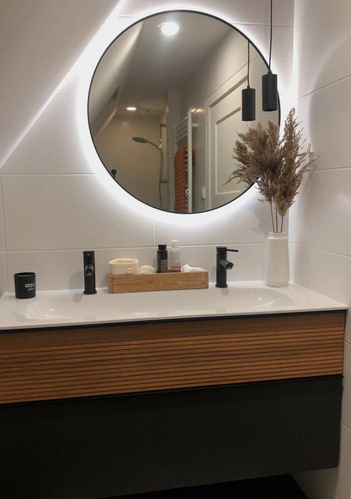 Zwarte ronde badkamer spiegel met led verlichting op witte tegel