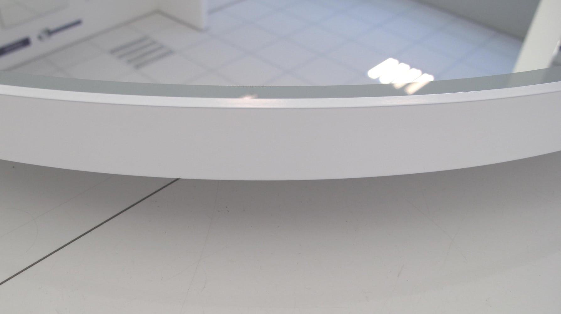 Deze spiegel met wit frame is slechts 3 cm diep