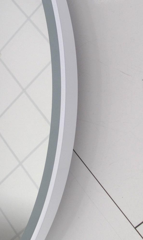 Het degelijke witte frame geeft deze spiegel een industrieel karakter