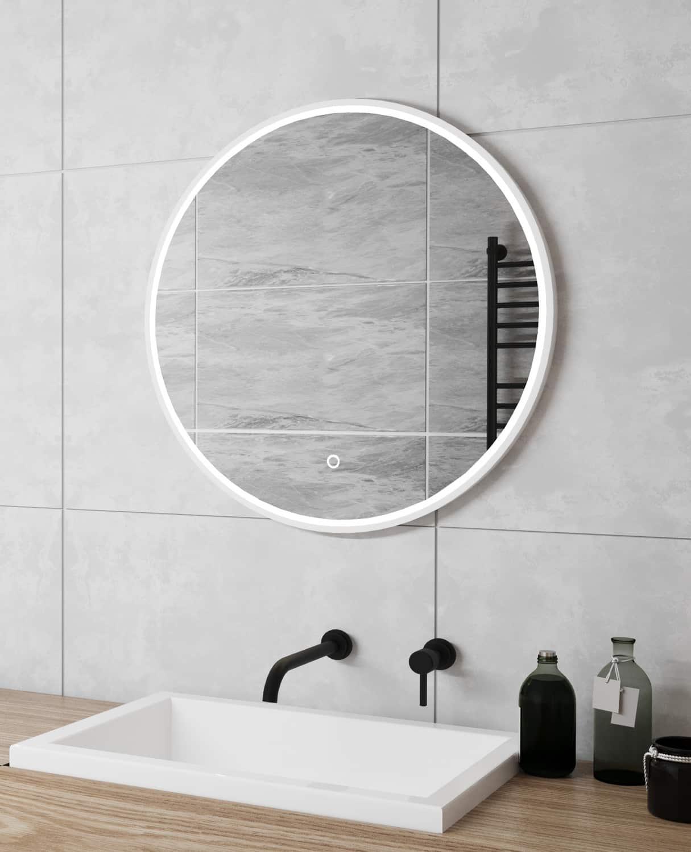 Badkamer spiegel met wit frame en led verlichting