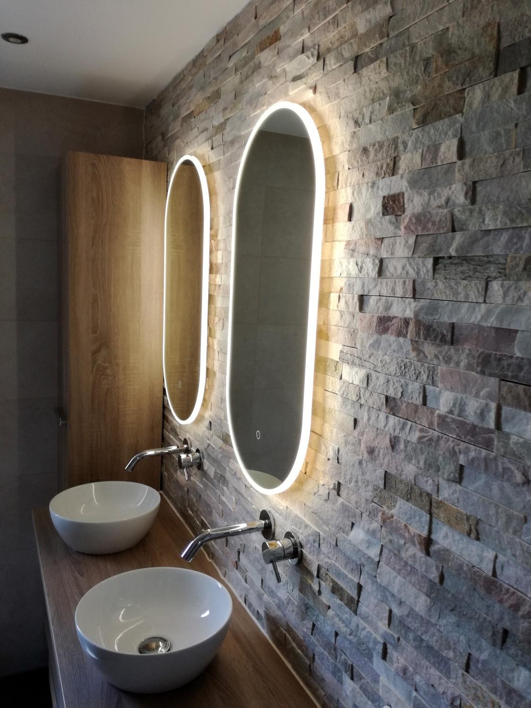 Ovalen spiegel led verlichting stenen muur