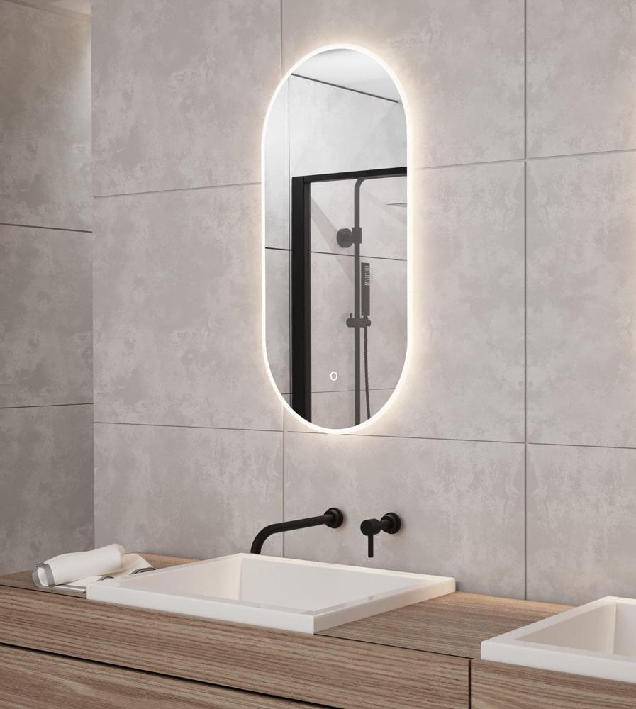 Ovale spiegel met led verlichting op grijze tegel